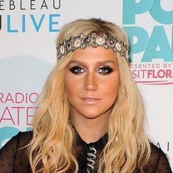 Kesha adorna su cabello con un accesorio