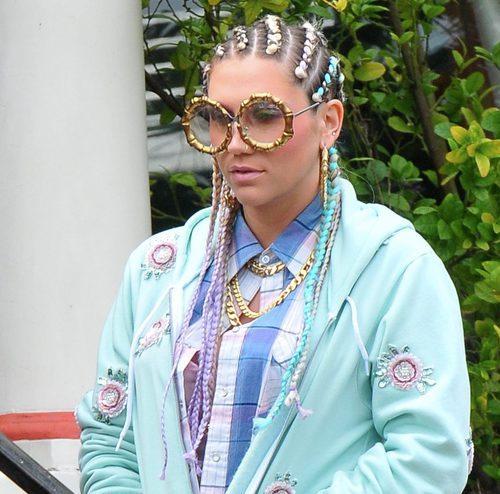 Kesha con trenzas multicolor