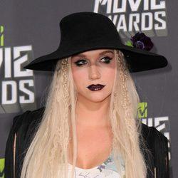 Kesha con el pelo suelto y sombrero
