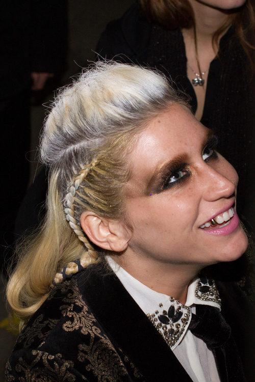 Kesha con un peinado muy original
