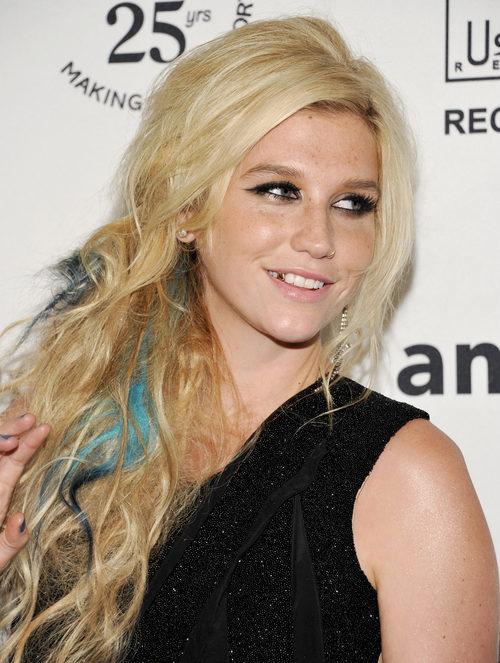 Kesha con semirecogido y mechones azules