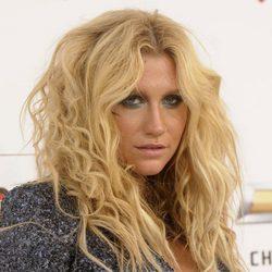 Kesha con el pelo suelto y rizado