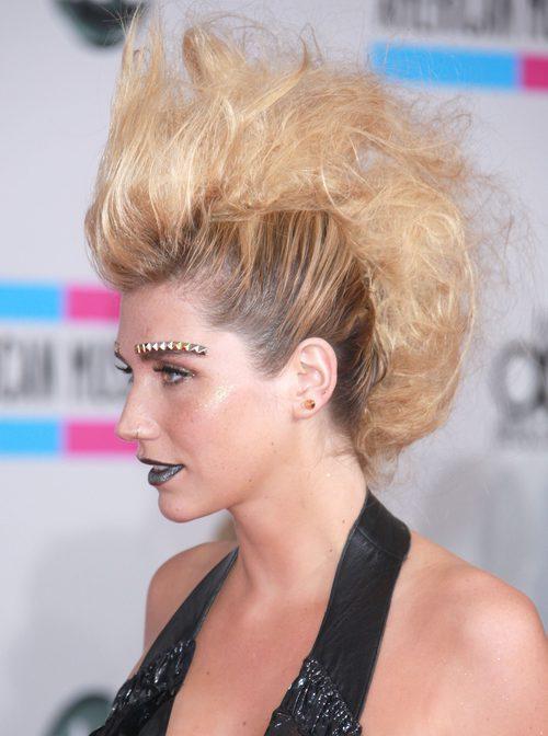 Kesha con un peinado muy punk