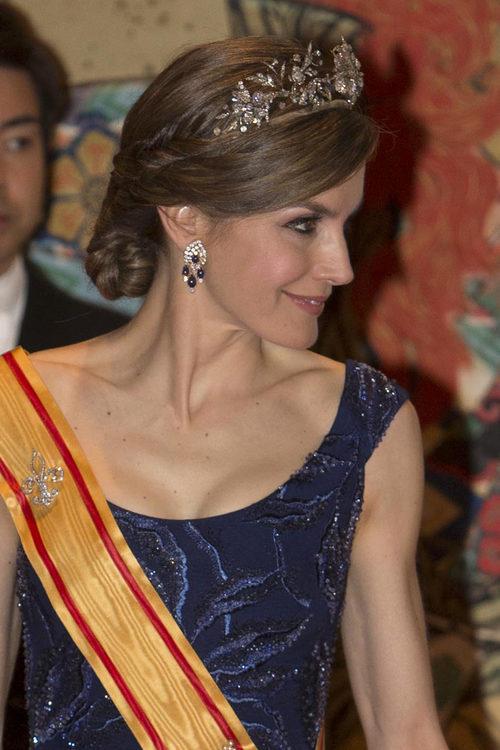 La Reina Letizia brilla con un elegante recogido adornado con una tiara