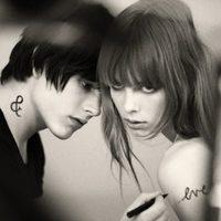 Edie Campbell y Luke Worrall, imagen de Amor Amor Forbidden Kiss