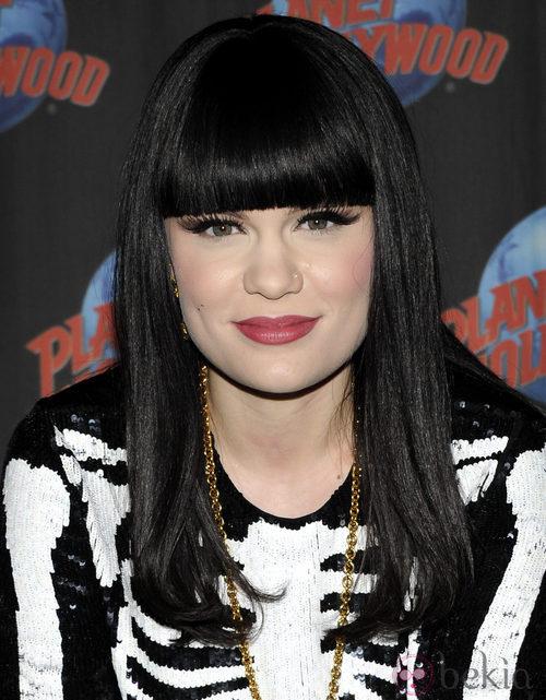 Jessie J con flequillo recto