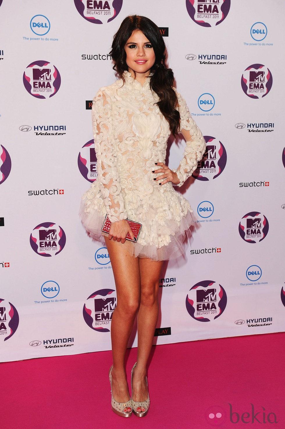 Peinado de Selena Gomez con coleta lateral ondulada en los MTV EMA 2011