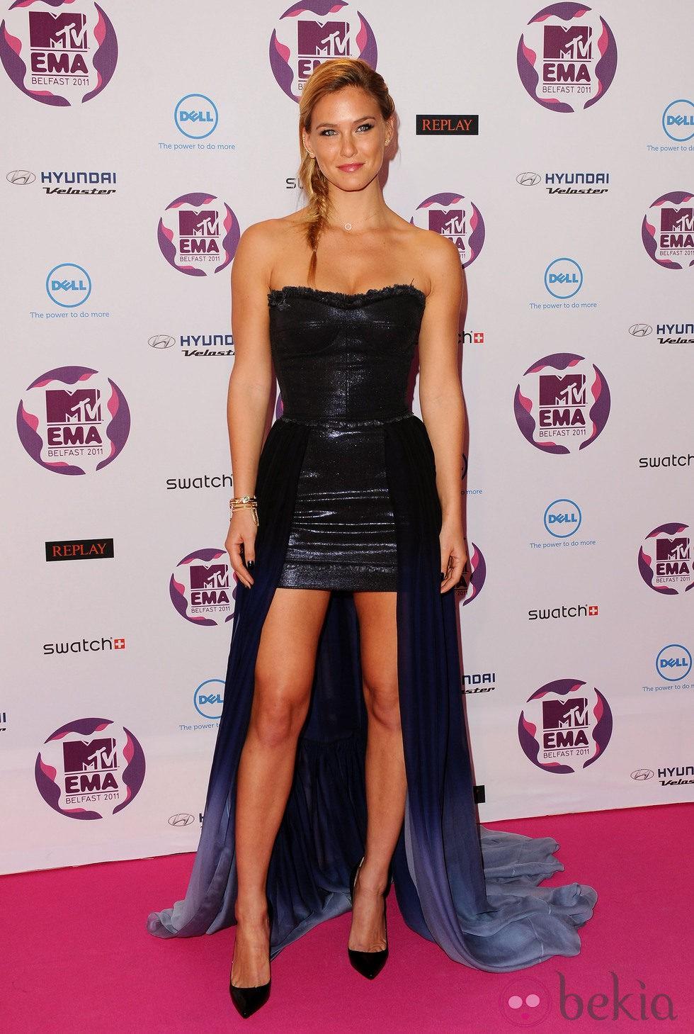 Peinado de Bar Refaeli con una trenza en los MTV EMA 2011