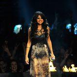 Peinado de Selena Gomez con ondas al agua en los MTV EMA 2011