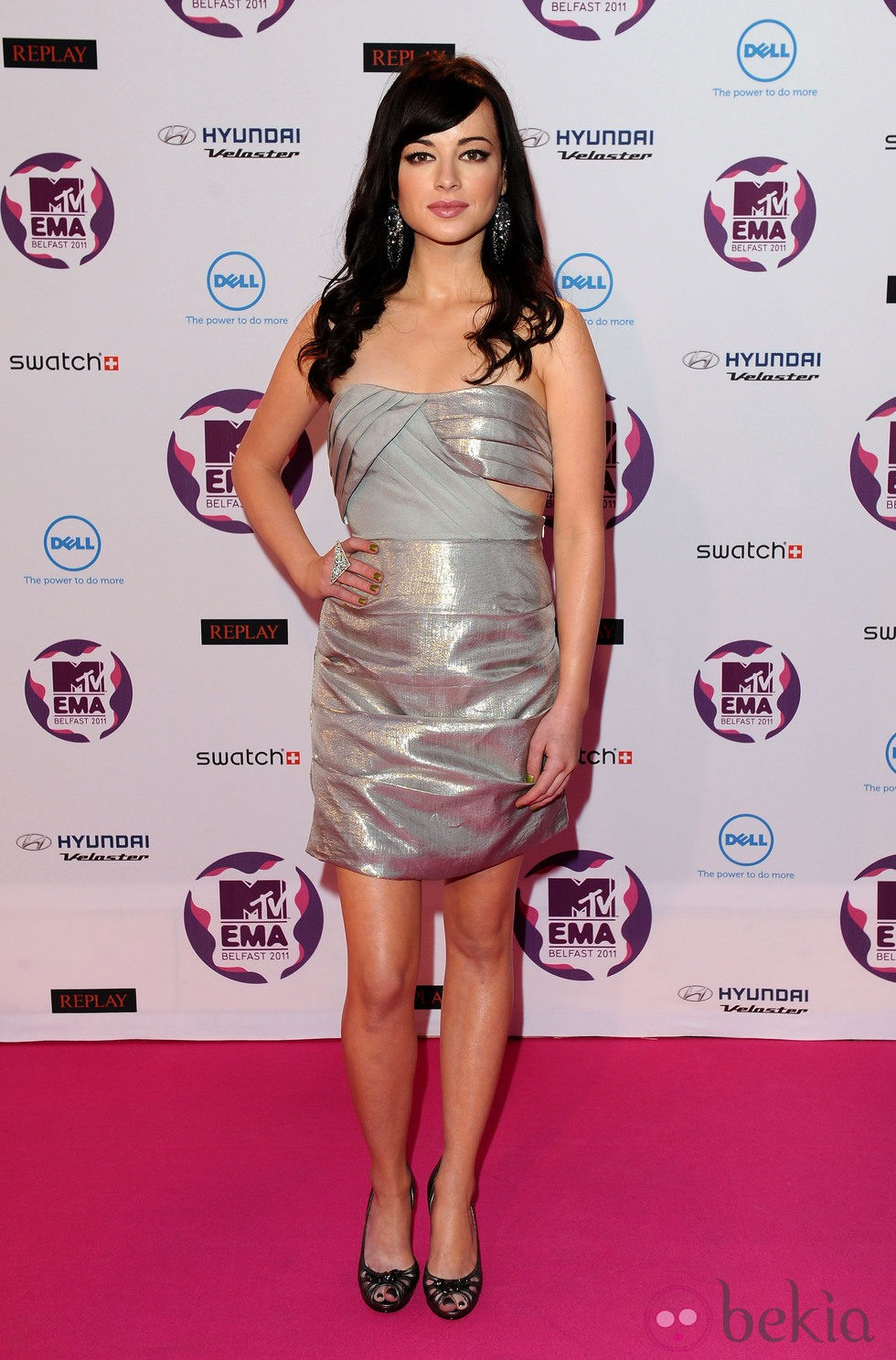 Ashley Rickards en los MTV Europe Music Awards 2011 con melena ondulada y flequillo lateral