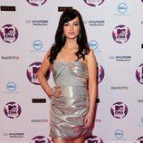 Ashley Rickards en los MTV Europe Music Awards 2011 con melena ondulada y flequillo lateral