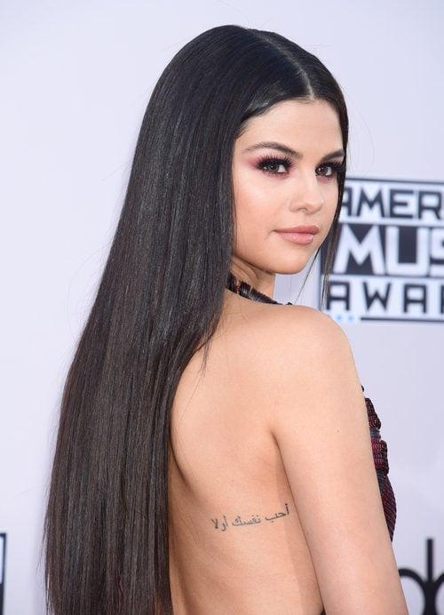 Selena Gomez aporta relieve a su rostro aplicando iluminador en los pómulos