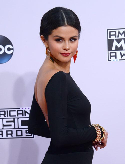 Selena Gomez apuesta por los labios rojos para dar color a sus maquillajes