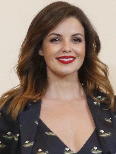 Marta Torné con el pelo suelto y los labios rojos
