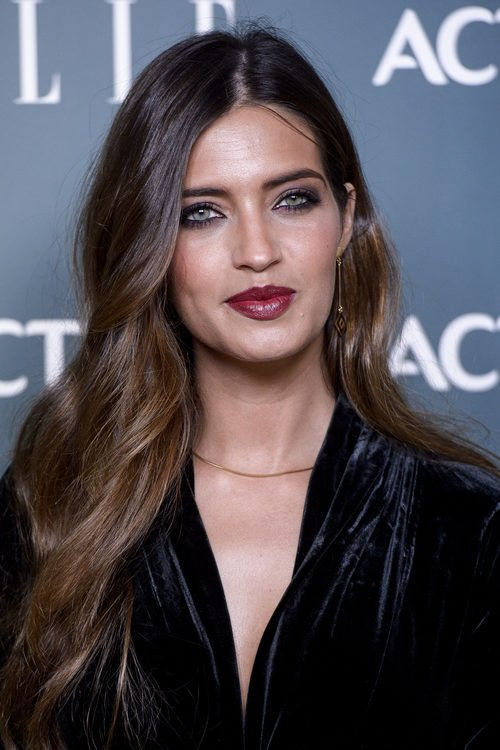 Sara Carbonero opta por unos labios burdeos de acabado cremoso