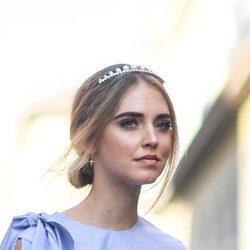 Chiara Ferragni luce una corona como accesorio para su peinado