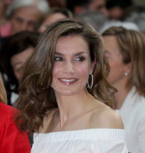 La Reina Letizia con el pelo suelto y ondulado