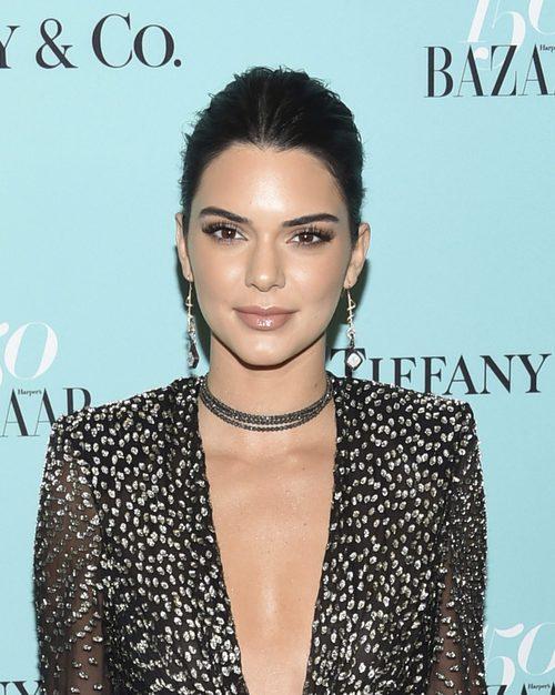 Kendall Jenner con recogido y mirada felina