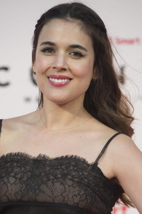 Adriana Ugarte con semirecogido de trenzas