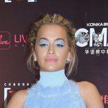 Rita Ora con sombras azules
