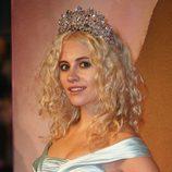 Pixie Lott adorna su pelo con una corona