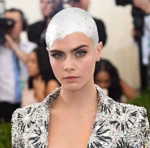 Cara Delevingne con el pelo plateado en la Met