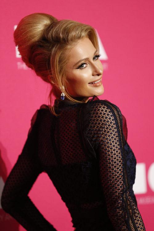 Paris Hilton opta por un recogido con volumen