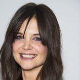 Katie Holmes opta por lucir flequillo cortina y maquillar sus ojos en tonos malva