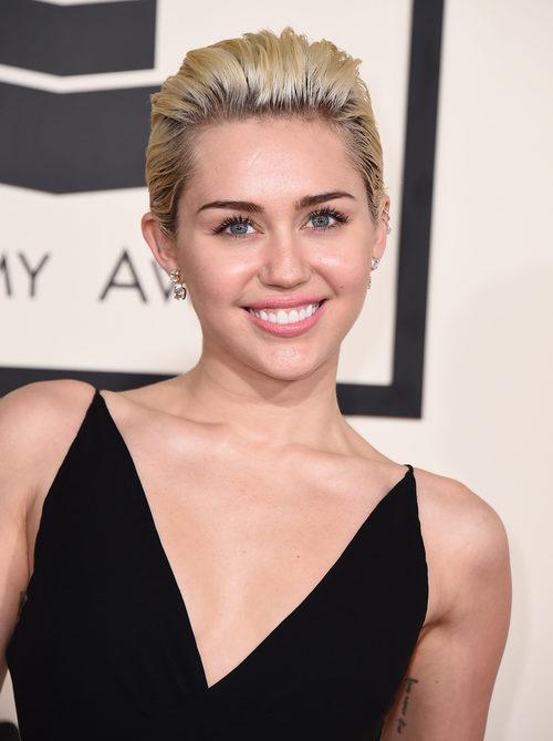 Miley Cyrus utiliza máscara de pestañas para abrir su mirada