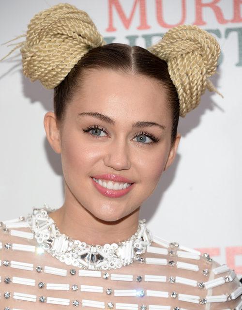 Miley Cyrus define su mirada gracias a la máscara de pestañas
