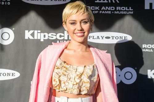 Miley Cyrus enmarca su mirada bajo unas cuidadas cejas castañas