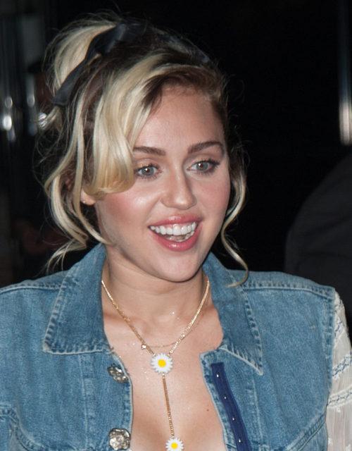 Miley Cyrus esculpe su rostro con polvos bronceadores