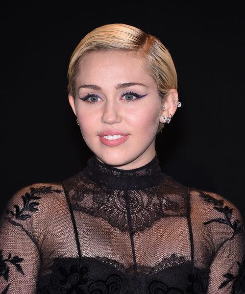 Para completar un look de eyeliner, Miley Cyrus apuesta por un labial nude