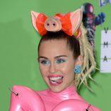 Miley Cyrus delinea sus ojos en un tono azulado