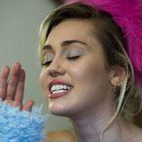 Para dar brillo a su mirada, Miley Cyrus utiliza una sombra metálica en azul