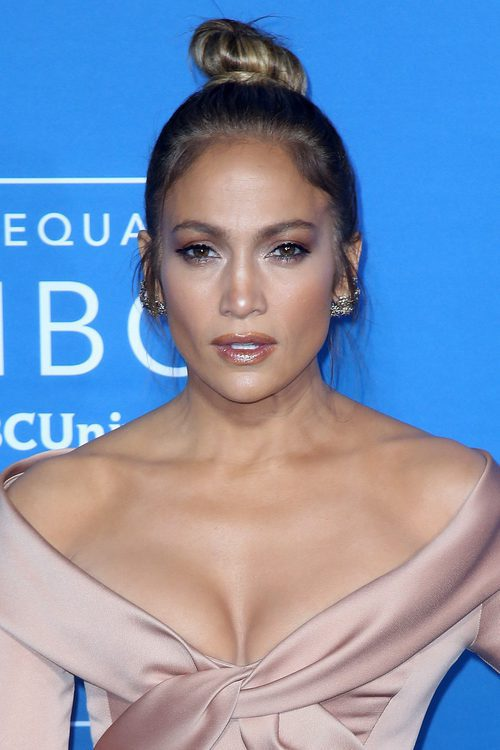 Jennifer Lopez deslumbra con un moño casual
