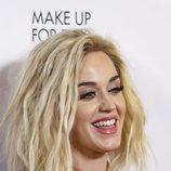 Katy Perry enmarca su rostro con unas cejas oscuras