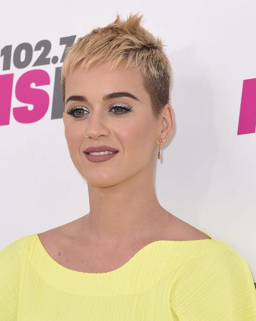Katy Perry define sus cejas en un tono oscuro