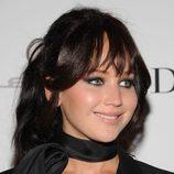 Jennifer Lawrence con cabello castaño recogido
