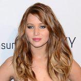 Jennifer Lawrence con melena castaña clara y ondulada