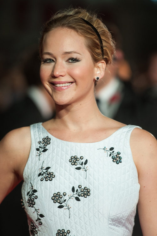 Jennifer Lawrence con cabello corto y diadema
