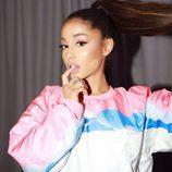 Ariana Grande delinea sus labios por fuera para crear una forma redondeada