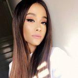 Ariana Grande complementa su look con unos labios mate rosados