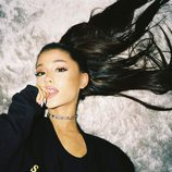Ariana Grande broncea sus mejillas