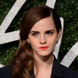 Emma Watson con el cabello ondulado a un lado