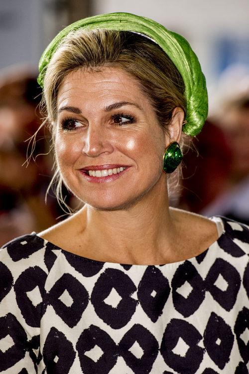 La Reina Máxima de Holanda con un tocado verde eléctrico