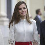 La Reina Letizia enmarca su mirada bajo unas cejas arqueadas