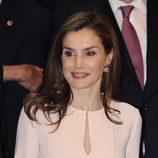 La Reina Letizia da color a sus labios con un gloss rojizo
