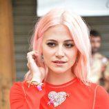 Pixie Lott con cabello rosa chicle