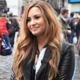 Demi Lovato con melena larga con ondas